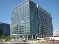 竣工した豊洲フロント。写真左奥に見えるのは、2011年に完成予定の第一生命保険が建設するオフィスビル(写真:ケンプラッツ)