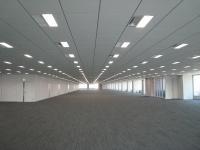1フロア5000m2を超えるオフィス空間。奥行きが111mある。天井高は2.85m(写真:ケンプラッツ)