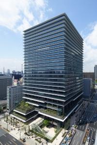 東京スクエアガーデン。建物の四方を取り囲む深い庇が特徴だ。低層部に「京橋の丘」と呼ぶ緑地帯を設けた(写真:東京建物)