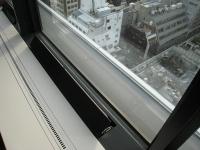 窓際の自然換気システム。黒い部分を手で引き上げると外気が吹き出す