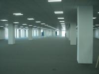 柱間隔が9m、天井高3mのオフィスフロア。基準階面積は約2000坪