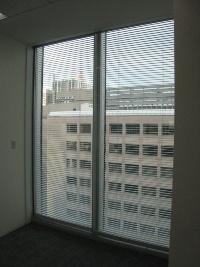 外ガラスと内ガラスの間に空気を通す「エアフローウィンドウ」を採用し、日射による熱負荷を低減する。ガラスはLow-eペアガラス。自動制御のブラインドも装備した