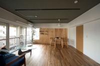リノベーション後のリビングダイニング。正面奥の壁はラーチ合板仕上げで、棚板を自由に設置できる(写真:三菱地所レジデンス)