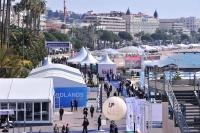 会場建物からクロワゼット通り(海岸通り)を望む。白いテントは屋外展示会場や仮設パーティー会場(写真:@MIPIM_World)