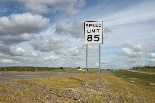 制限速度「時速85マイル」の標識を掲げるSH130(写真:Bob Daemmrich / Alamy Stock Photo)